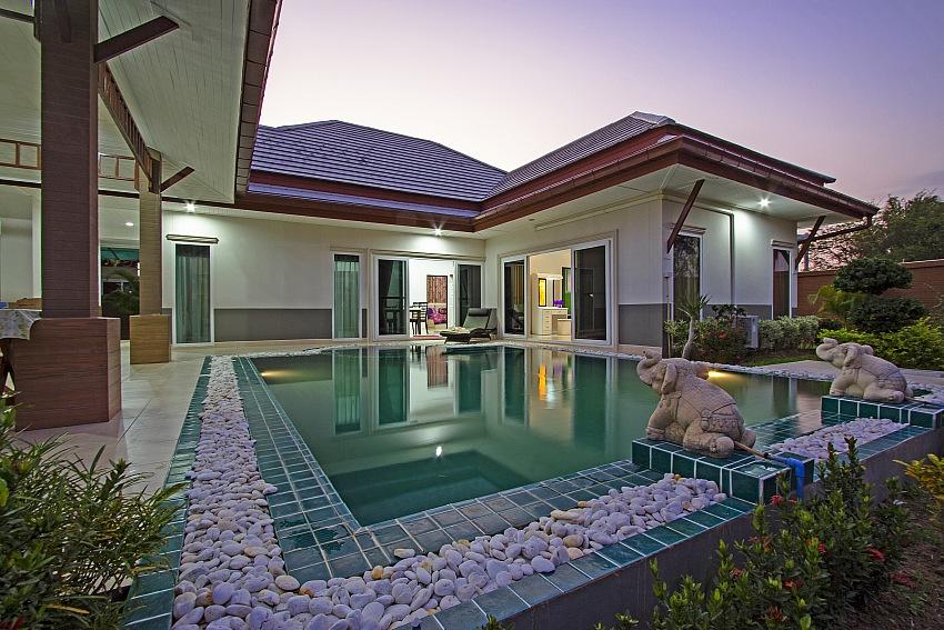 Одноэтажный дом с бассейном и тремя спальнями